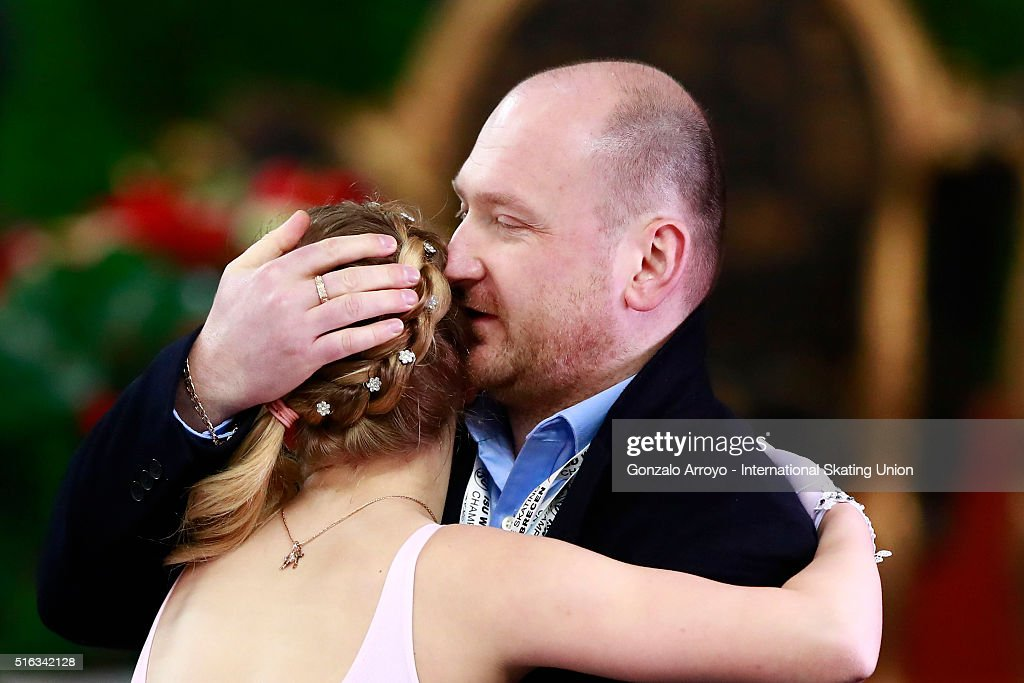 Алиса Федичкина - Страница 6 Alisa-fedichkina-from-russia-hugs-his-coach-after-her-show-during-the-picture-id516342128