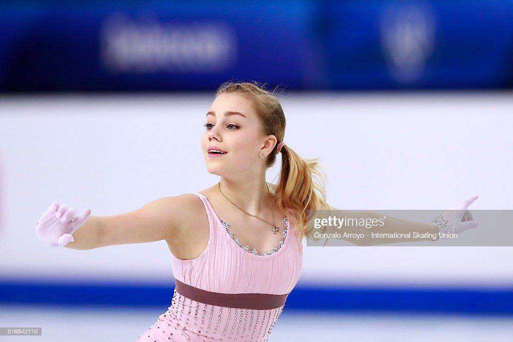 Алиса Федичкина - Страница 6 Alisa-fedichkina-from-russia-skates-during-the-ladies-short-program-picture-id516342110
