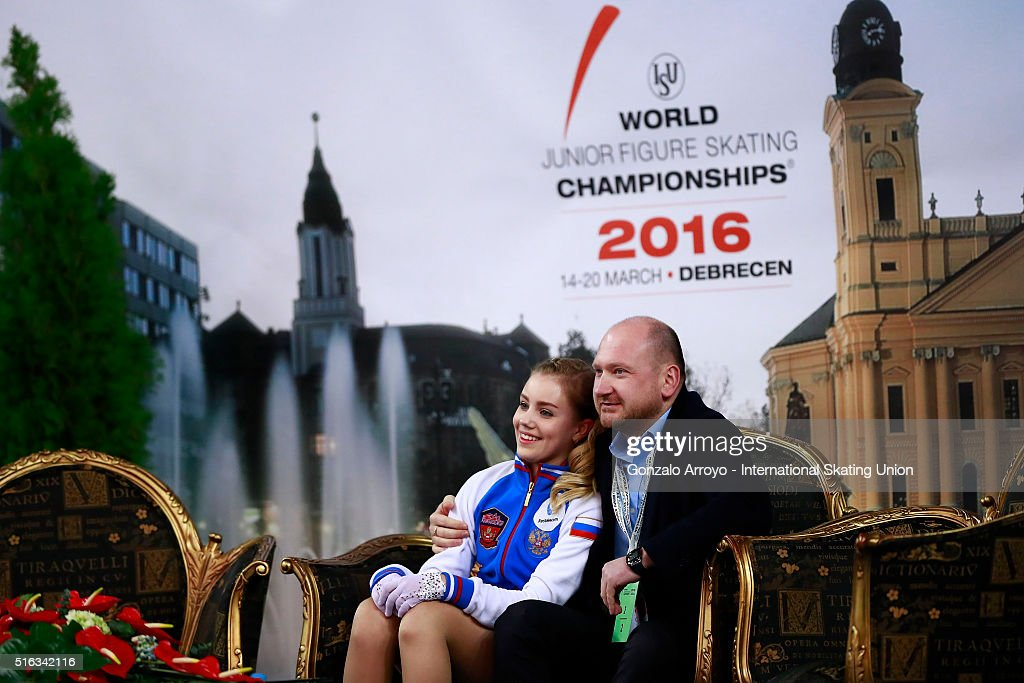 Алиса Федичкина - Страница 6 Alisa-fedichkina-from-russia-waits-with-her-coach-for-the-score-after-picture-id516342116