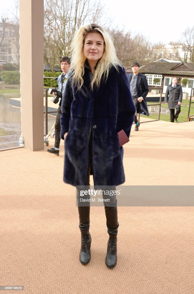 <a gi-track='captionPersonalityLinkClicked' href=/galleries/search?phrase=Alison+Mosshart&family=editorial&specificpeople=226602 ng-click='$event.stopPropagation()'>Alison Mosshart</a> arrives at Burberry Womenswear Autumn/Winter 2014 at Kensington Gardens on February 17, 2014 in London, England.
