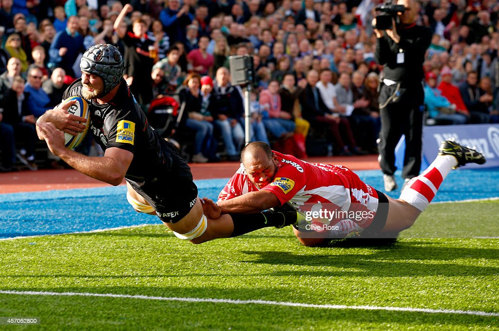 Alistair Hargreaves of Saracens scores a try during the Aviva Premiership match between Saracens and Gloucester at Allianz Park on October 11 2014 in...