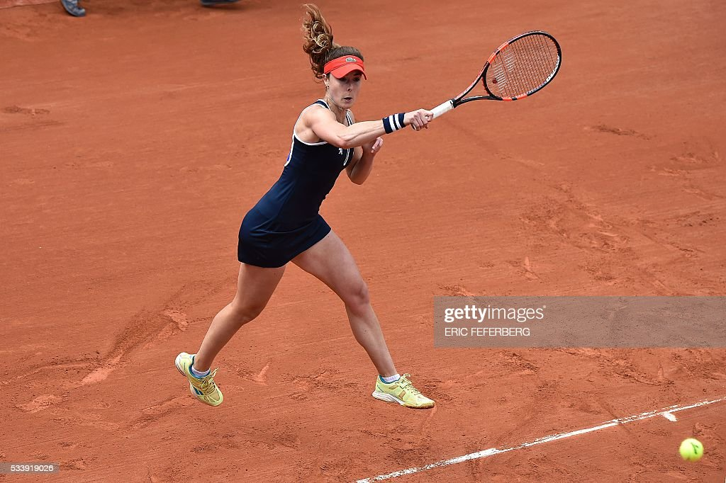 Alize Cornet of France retuns the ball to Kirsten Flipkens of Belgium during their women's first round match at the Roland Garros 2016 French Tennis Open in Paris on May 24, 2016. / AFP / Eric FEFERBERG
