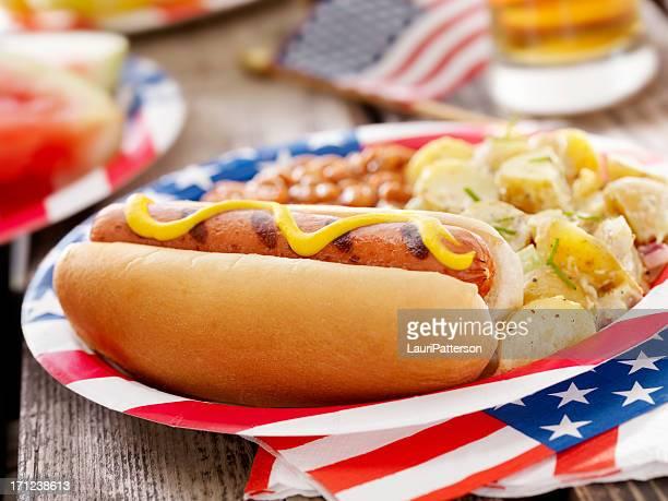 All American Hotdog y una cerveza