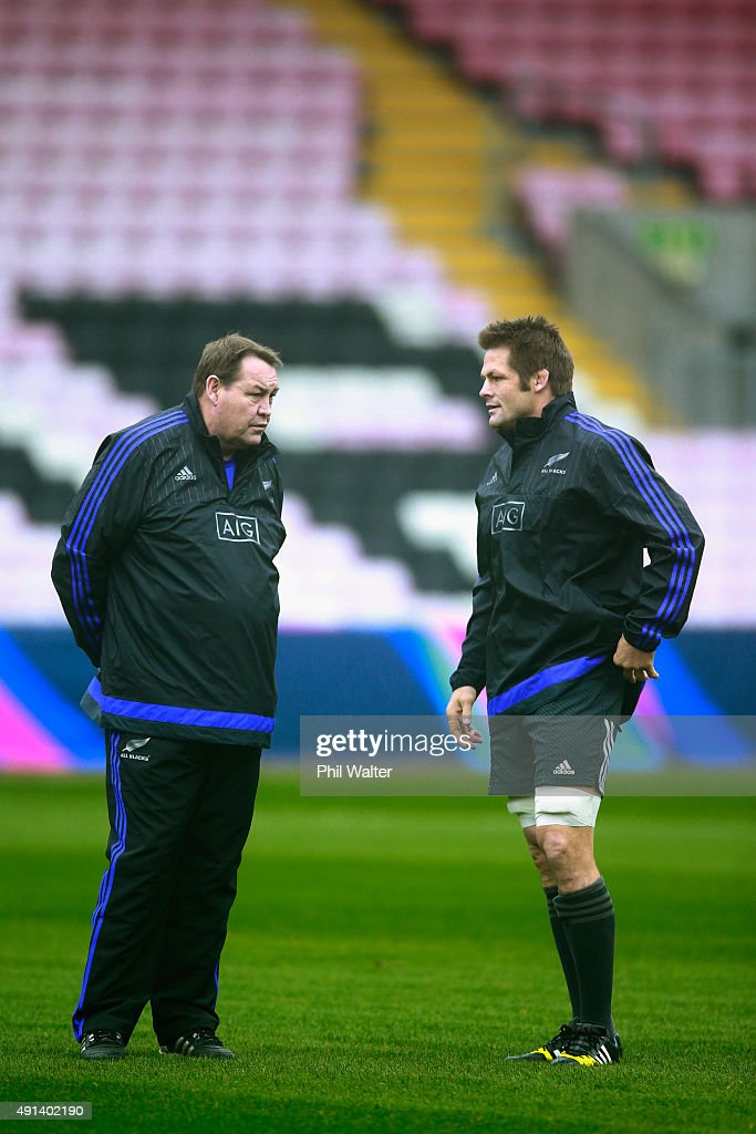 All Black coach Steve Hansen (L) talks with Richie McCaw (R) during a New Zealand All Blacks training session at Mowden Park on October 5, 2015 in Darlington, United Kingdom.