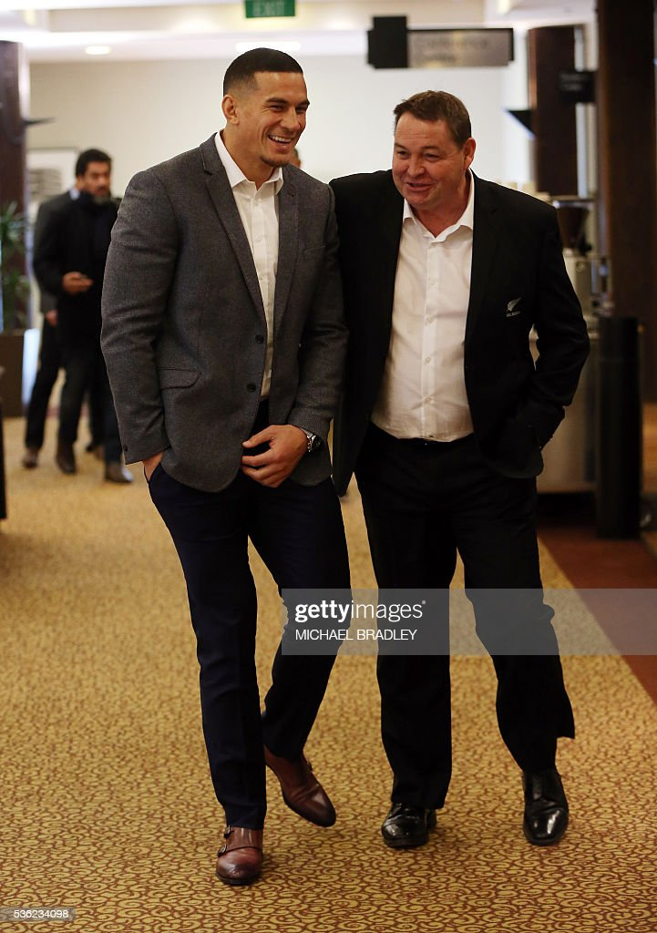All Black Sonny Bill Williams (L) and All Blacks Coach Steve Hansen (R) arrive to speak to the media after it was announced that Sonny Bill Williams has signed a three year deal with the New Zealand Rugby Union and will play for the Auckland Blues next year in Auckland on June 01, 2016 / AFP / MICHAEL