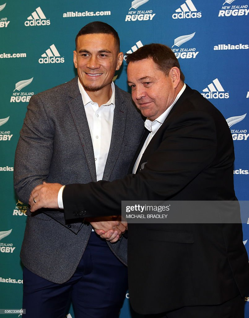 All Black Sonny Bill Williams (L) stands with All Blacks Coach Steve Hansen (R) in Auckland on June 01, 2016 after it was announced that Williams has signed a three year deal with the New Zealand Rugby Union and will play for the Auckland Blues next year. / AFP / MICHAEL