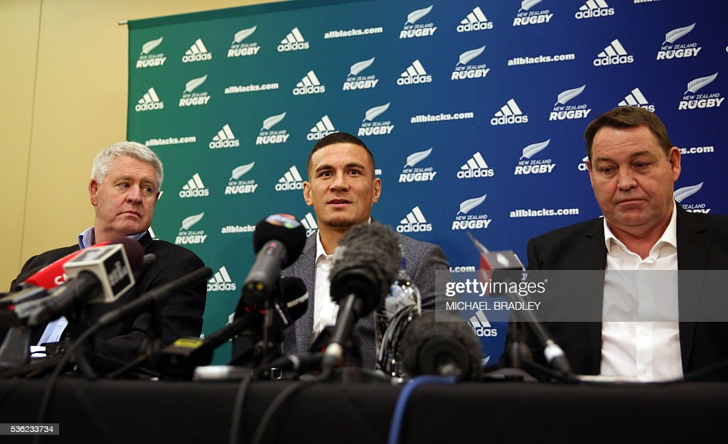All Black Sonny Bill Williams (C) with NZRU Chief Executive Steve Tew (L) and All Blacks Coach Steve Hansen speak to the media June 1, 2016 in Auckland after it was announced that Sonny Bill Williams has signed a three year deal with the New Zealand Rugby Union and will play for the Auckland Blues next year in Auckland. / AFP / MICHAEL