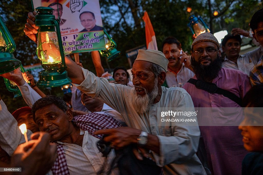 All India Congress Party supporters carry caroline lantern as mark of protest during a rally against Delhi state government, Aam Admi Party and India's ruling government, Bhartiya Janta Party over water crises and power shortage in New Delhi on May 28, 2016. / AFP / CHANDAN