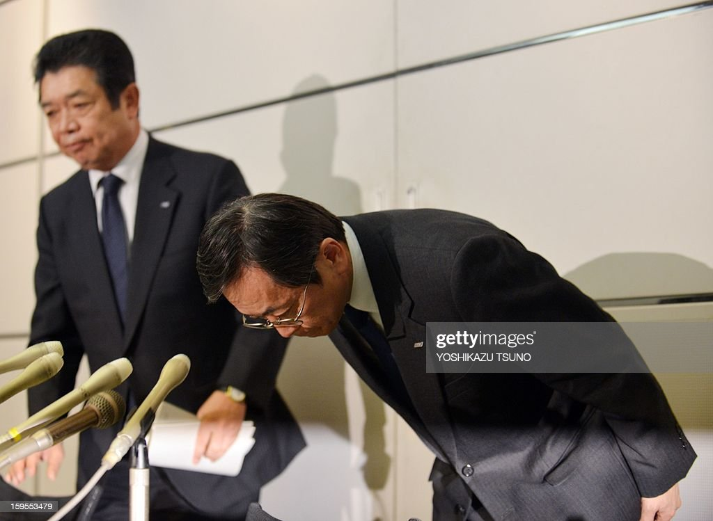 All Nippon AIrways (ANA) vice president Osamu Shinobe (R) and executive Hiroyuki Ito (L) bow their heads at a press conference at the Haneda airport in Tokyo on Janaury 16, 2013 as ANA's Boeing 787 Dreamliner passenger plane made an emergency landing in western Japan after smoke was reportedly seen inside the cockpit. Japan's two biggest airlines on January 16 grounded all their Dreamliners in the most serious blow yet to Boeing's troubled next-generation model after an ANA flight was forced into an emergency landing. AFP PHOTO / Yoshikazu TSUNO