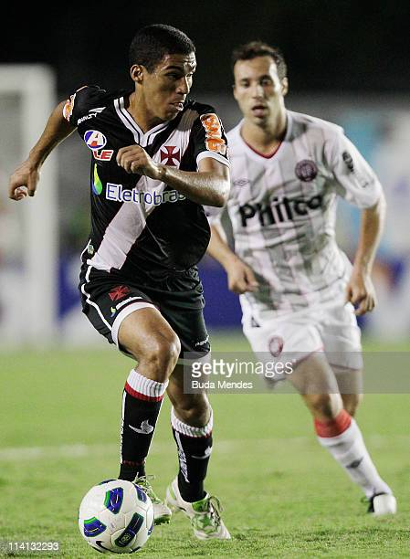 Allan of Vasco struggles for the ball with a player of Atletico Paranaense during a match as part of Brazil Cup 2011 at Sao Januario stadium on May...