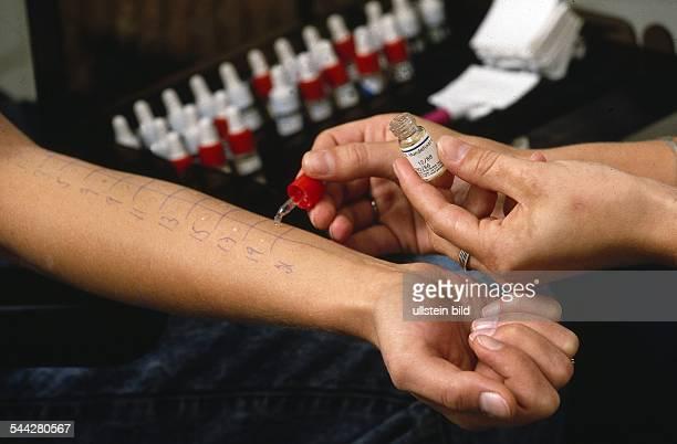 Allergien In einer Arztpraxis wird ein Allergietest bei einer Patientin durchgeführt