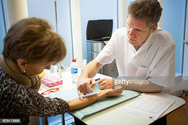 Allergy specialist practice in Geneva The allergy specialist performs skin allergy tests by administering allergens on the upper part of the skin...