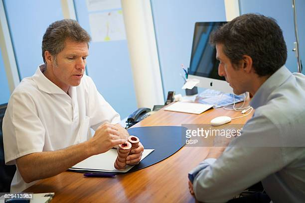 Allergy specialist practice in Geneva The allergy specialist tells a patient about asthma
