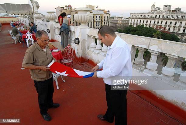Alltagsbeobachtungen in Havannas Dachterrasse des HotelsInglaterra 18 Uhr Einholen der NationalflaggeSichtbare Veraenderungen im Touristischen...