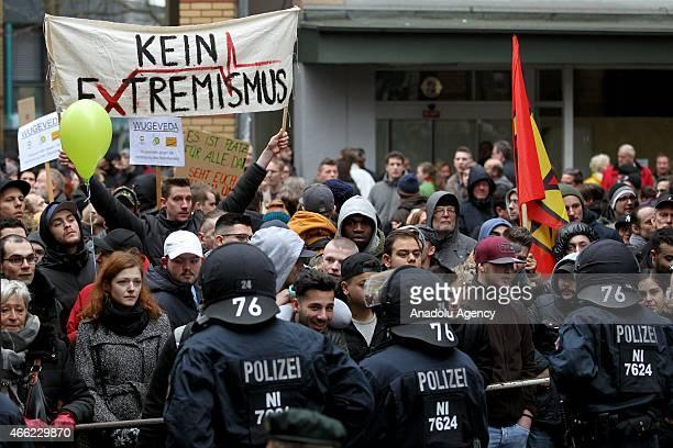 Almanyann Wuppertal kentinde Selefilerin inançlar sebebiyle tutuklanan Müslümanlar için dayanma gösterisi düzenlemesini protesto eden gruplar kart...