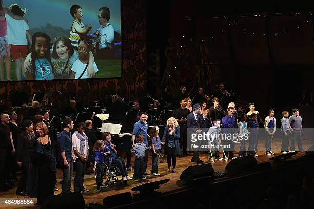 Aloe Blacc performs onstage with SeriousFun Campers during SeriousFun Children's Network 2015 New York Gala An Evening of SeriousFun Celebrating the...