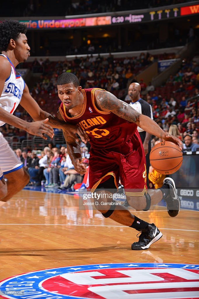 Alonzo Gee #33 of the Cleveland Cavaliers drives to the basket against Nick Young #1 of the Philadelphia 76ers at the Wells Fargo Center on November 18, 2012 in Philadelphia, Pennsylvania.