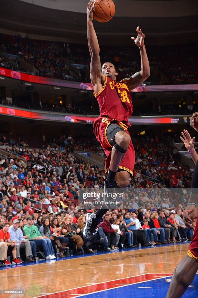 Alonzo Gee #33 of the Cleveland Cavaliers drives to the basket against the Philadelphia 76ers at the Wells Fargo Center on November 18, 2012 in Philadelphia, Pennsylvania.