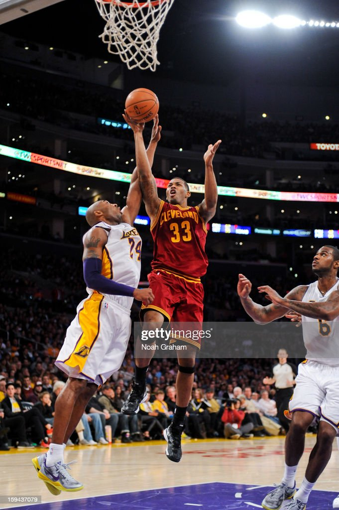 Alonzo Gee #33 of the Cleveland Cavaliers drives to the basket against Kobe Bryant #24 of the Los Angeles Lakers at Staples Center on January 13, 2013 in Los Angeles, California.