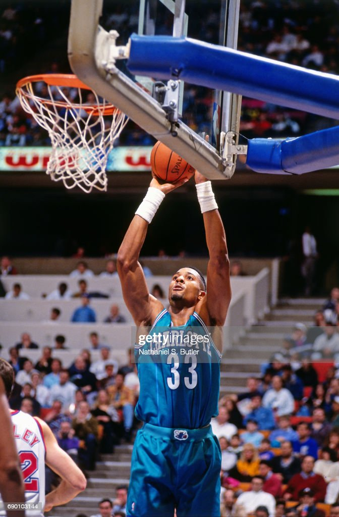 Alonzo Mourning 33 of the Charlotte Hornets shoots the ... 878a39cd1
