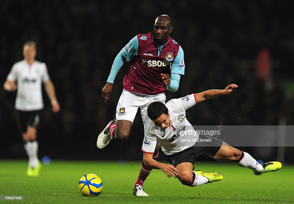 <a gi-track='captionPersonalityLinkClicked' href=/galleries/search?phrase=Alou+Diarra&family=editorial&specificpeople=465019 ng-click='$event.stopPropagation()'>Alou Diarra</a> of West Ham United and <a gi-track='captionPersonalityLinkClicked' href=/galleries/search?phrase=Javier+Hernandez+-+Soccer+Player&family=editorial&specificpeople=6733186 ng-click='$event.stopPropagation()'>Javier Hernandez</a> of Manchester United tussle for the ball during the FA Cup with Budweiser Third Round match between West Ham United and Manchester United at the Boleyn Ground on January 5, 2013 in London, England.