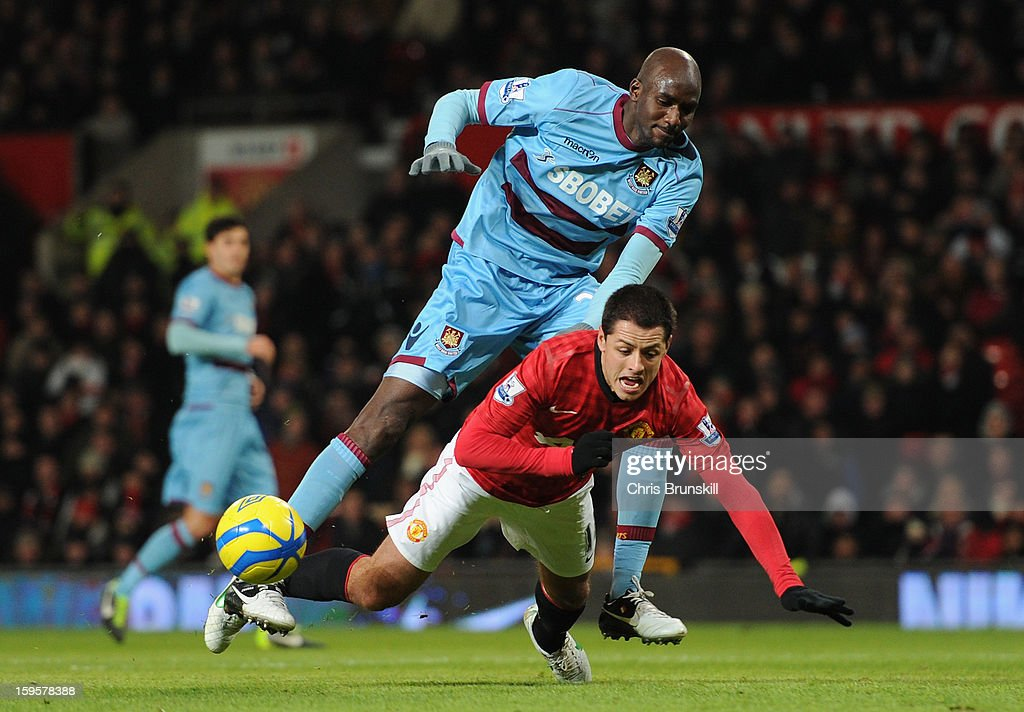 <a gi-track='captionPersonalityLinkClicked' href=/galleries/search?phrase=Alou+Diarra&family=editorial&specificpeople=465019 ng-click='$event.stopPropagation()'>Alou Diarra</a> of West Ham United tangles with <a gi-track='captionPersonalityLinkClicked' href=/galleries/search?phrase=Javier+Hernandez+-+Soccer+Player&family=editorial&specificpeople=6733186 ng-click='$event.stopPropagation()'>Javier Hernandez</a> of Manchester United during the FA Cup with Budweiser Third Round Replay match between Manchester United and West Ham United at Old Trafford on January 16, 2013 in Manchester, England.