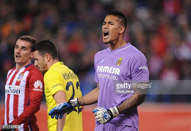 Alphonse Areola of Villarreal CF orders the defense during the La Liga match between Club Atletico de Madrid and Villarreal CF at Vicente Calderon...