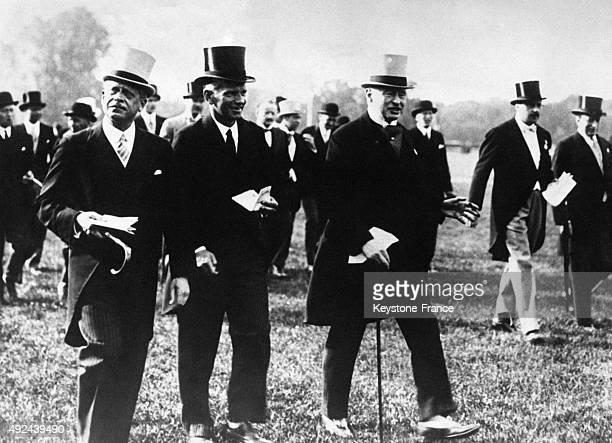 Alphonse Rothschild le Comte Alexander von Hoyos et Henri de BailletLatour aux courses en 1933 a Vienne Autriche