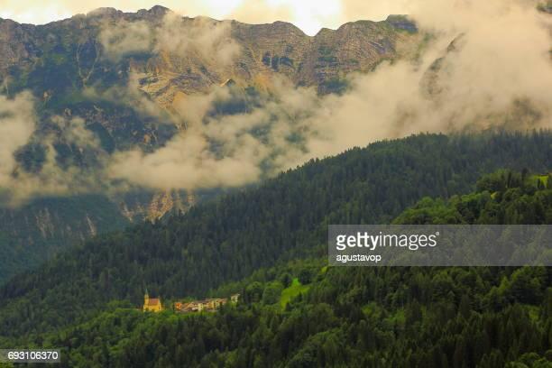 Alpine Kirche zwischen Nebel und Wolken - idyllische Zinnen Bergkette, dramatischen Panorama und majestätischen Dolomiten Italien Tirol Alpen