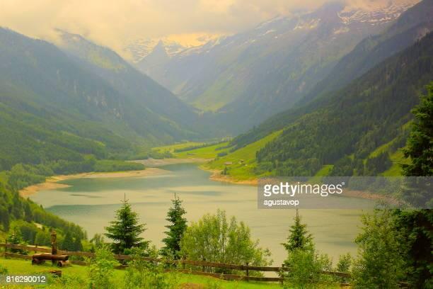 Alpine Gletschersee dam, idyllischen Landschaft in der Nähe von majestätischen Zillertaler Alpen Tal, dramatische Tirol schneebedeckten Bergkette Panorama, Österreich