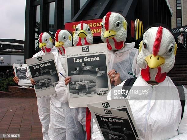 Als Hühner verkleidete Aktivisten von Greenpeace demonstrieren vor der Filiale von McDonald's in Hamburg Altona Mit zeitgleichen Aktionen im ganzen...