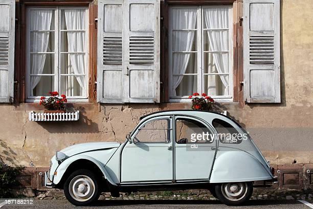 Vieux Ente vor romantischem altem Haus
