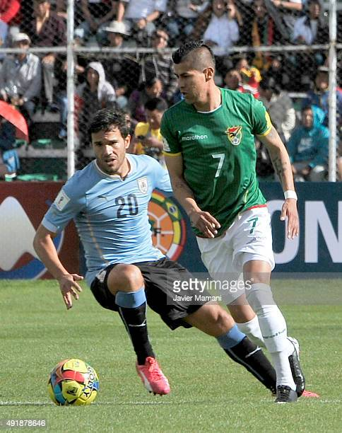 Alvaro Gonzalez of Uruguay struggles for the ball with Juan Carlos Arce of Bolivia during a match between Bolivia and Uruguay as part of FIFA 2018...