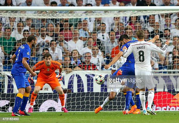 Alvaro Morata of Juventus scores a goal to level the scores at 11 during the UEFA Champions League Semi Final second leg match between Real Madrid...