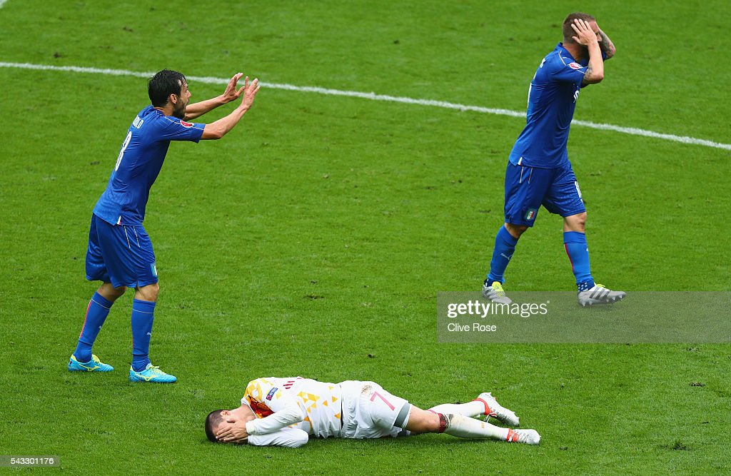 <a gi-track='captionPersonalityLinkClicked' href=/galleries/search?phrase=Alvaro+Morata&family=editorial&specificpeople=6523866 ng-click='$event.stopPropagation()'>Alvaro Morata</a> (bottom) of Spain lies injured while <a gi-track='captionPersonalityLinkClicked' href=/galleries/search?phrase=Daniele+De+Rossi&family=editorial&specificpeople=233652 ng-click='$event.stopPropagation()'>Daniele De Rossi</a> (R) and <a gi-track='captionPersonalityLinkClicked' href=/galleries/search?phrase=Marco+Parolo&family=editorial&specificpeople=6474753 ng-click='$event.stopPropagation()'>Marco Parolo</a> (L) of Italy protest during the UEFA EURO 2016 round of 16 match between Italy and Spain at Stade de France on June 27, 2016 in Paris, France.