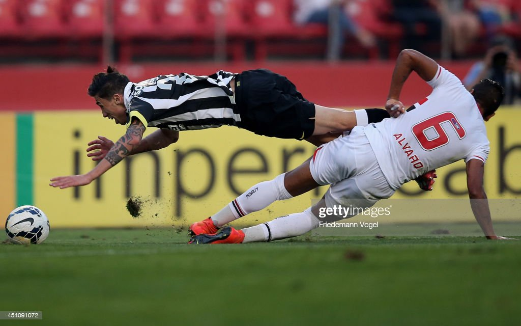 <a gi-track='captionPersonalityLinkClicked' href=/galleries/search?phrase=Alvaro+Pereira&family=editorial&specificpeople=2577731 ng-click='$event.stopPropagation()'>Alvaro Pereira</a> (R) of Sao Paulo fights for the ball with Rildo (L) of Santos during the match between Sao Paulo and Santos for the Brazilian Series A 2014 at Estadio do Morumbi on August 24, 2014 in Sao Paulo, Brazil.