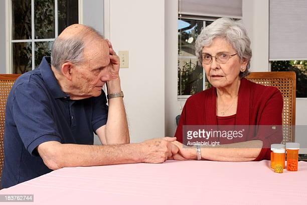 Maladie d'Alzheimer mari femme détient la main