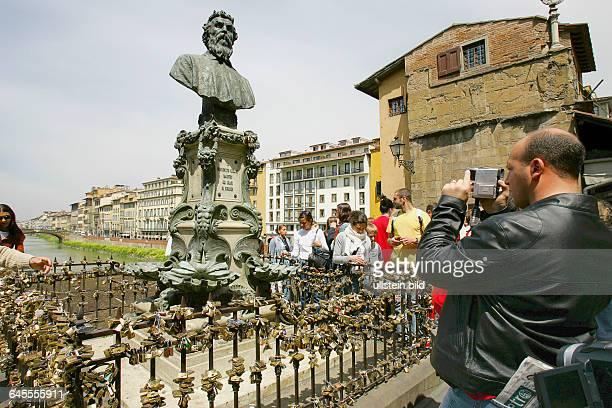 Am Denkmal von Benvenutti Cellino auf der Bruecke ueber den Arno kann man sich mit einem Schloss verewigen Florenz in der Toscana /Ital April/Mai 2005