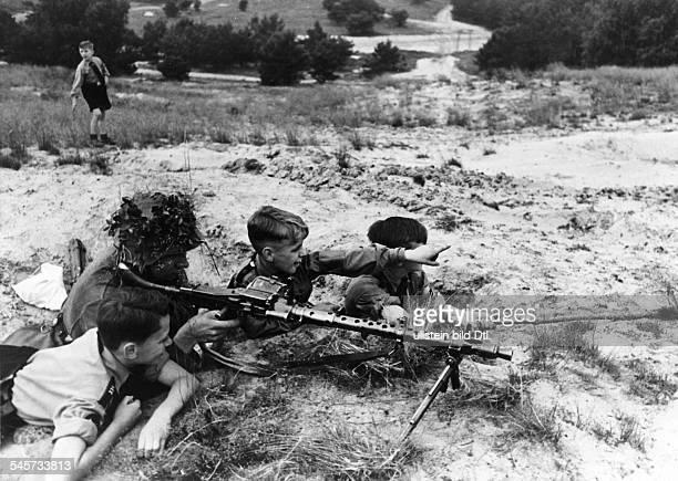 `Am zweiten Pfingstfeiertag wurde von der Potsdamer HJ ein grosses Kriegsspiel unter der Anleitung erfahrener Soldaten mit neuzeitlichen...