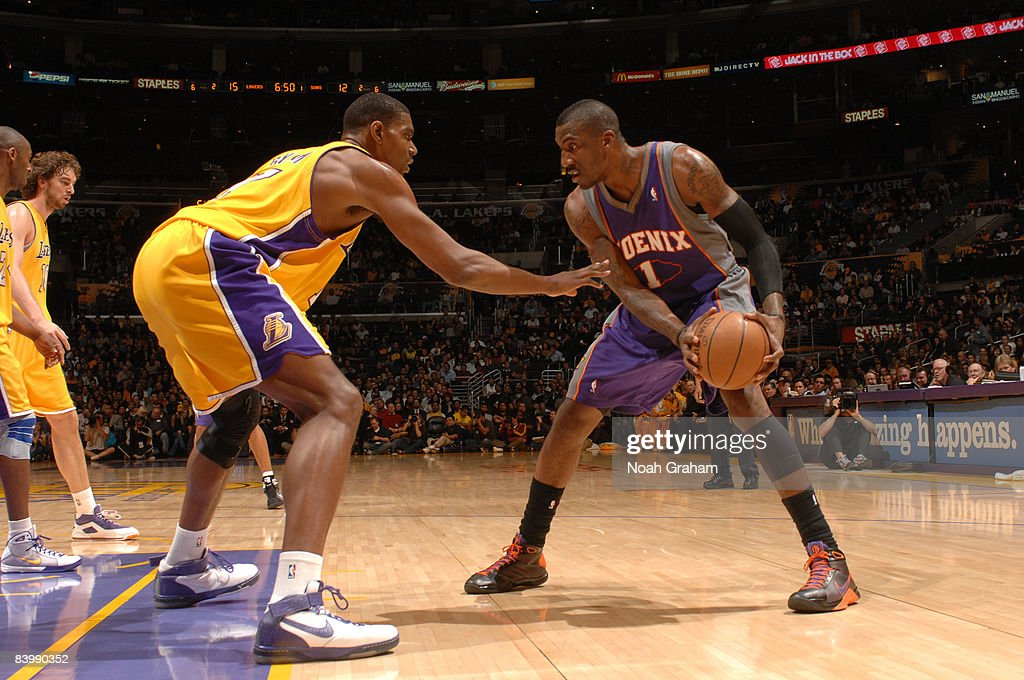 Amare Stoudemire #1 of the Phoenix Suns faces up against Andrew Bynum #17 of the Los Angeles Lakers at Staples Center on December 10, 2008 in Los Angeles, California.
