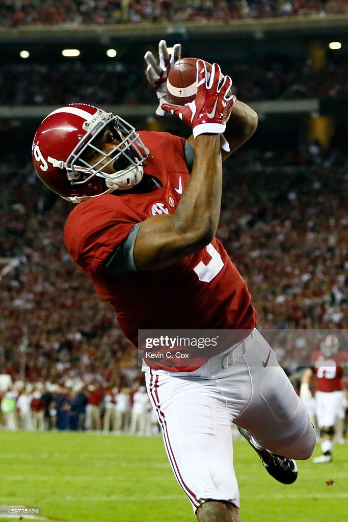 <a gi-track='captionPersonalityLinkClicked' href=/galleries/search?phrase=Amari+Cooper&family=editorial&specificpeople=8797589 ng-click='$event.stopPropagation()'>Amari Cooper</a> #9 of the Alabama Crimson Tide catches a 17 yard touchdown pass from Blake Sims #6 in the first quarter against Jonathan Jones #3 of the Auburn Tigers during the Iron Bowl at Bryant-Denny Stadium on November 29, 2014 in Tuscaloosa, Alabama.