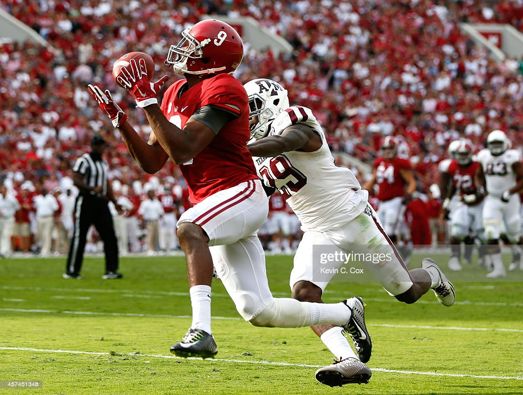 <a gi-track='captionPersonalityLinkClicked' href=/galleries/search?phrase=Amari+Cooper&family=editorial&specificpeople=8797589 ng-click='$event.stopPropagation()'>Amari Cooper</a> #9 of the Alabama Crimson Tide pulls in this reception for a touchdown against <a gi-track='captionPersonalityLinkClicked' href=/galleries/search?phrase=Deshazor+Everett&family=editorial&specificpeople=9703628 ng-click='$event.stopPropagation()'>Deshazor Everett</a> #29 of the Texas A&M Aggies at Bryant-Denny Stadium on October 18, 2014 in Tuscaloosa, Alabama.