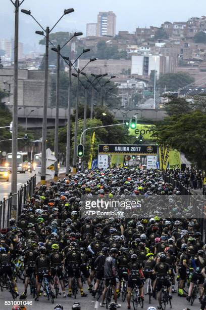 Amateur cyclists get ready before the start of 'L'Etape Colombia by Le Tour de France' in Medellin Colombia on August 13 2017 / AFP PHOTO / JOAQUIN...