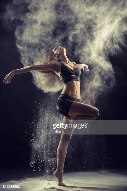 Geweldige balletdanser dansen in poeder sneeuw
