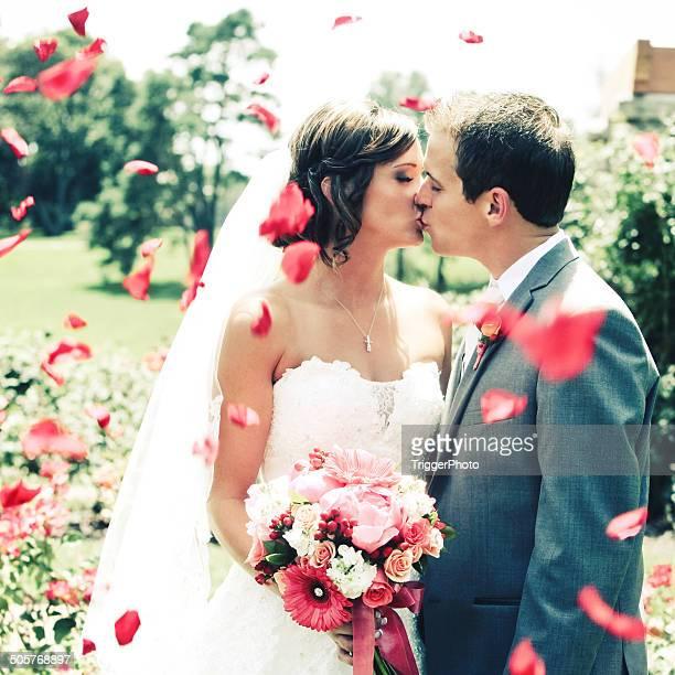 Hermosa novia y el novio beso de boda vestido de flores