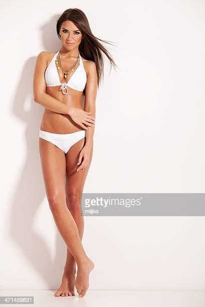 Fantastische brunette posieren in weißem bikini
