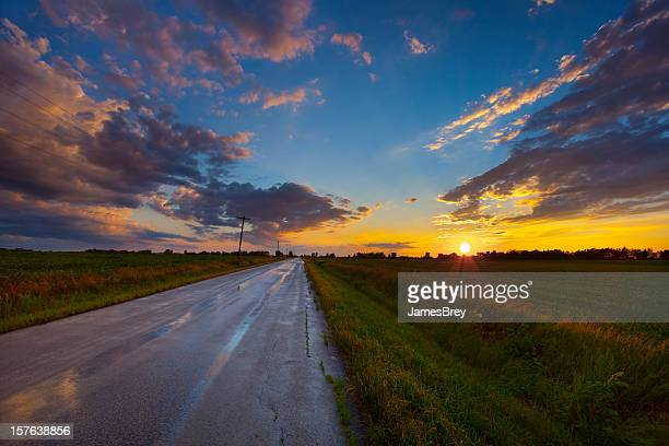 Fantástico Midwest Rural pôr do sol depois pesados Rains
