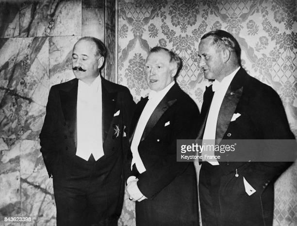 L'Ambassadeur de France en Allemagne André FrançoisPoncet et les acteurs allemands Werner Kraus et Karl Auen lors d'un Bal du Cinéma le 18 février...