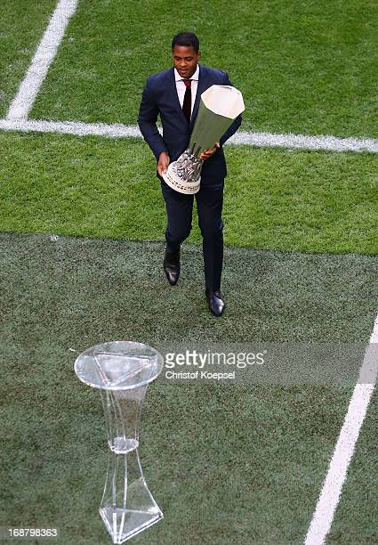 Ambassador Patrick Kluivert carries the trophy to the plinth during the UEFA Europa League Final between SL Benfica and Chelsea FC at Amsterdam Arena...
