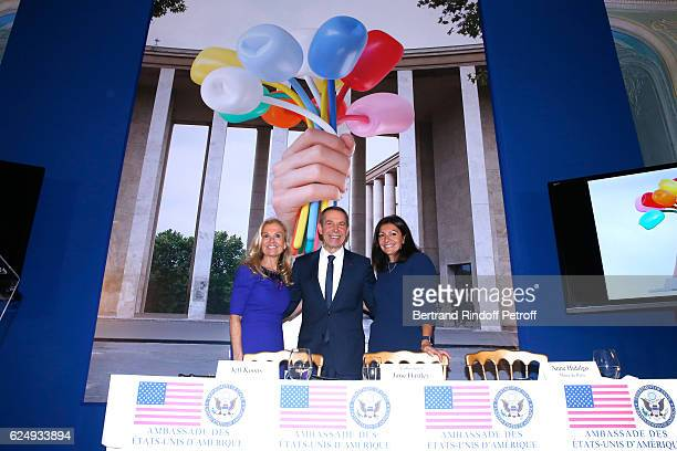 USA Ambassador to France Jane D Hartley Artist Jeff Koons and Mayor of Paris Anne Hidalgo attend the Press conference announcing a donation by artist...